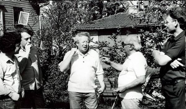 Пярну, лето 1982 г. Д. Самойлов убеждает своих гостей – Ю. Абызова, А. Давыдова, Г. Евграфова (справа) и шофера-соседа (слева), что счастье впереди.