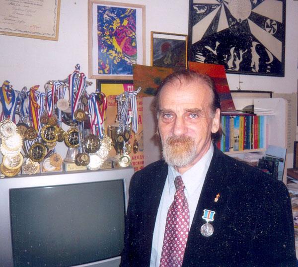 Ефим Гаммер у своих творческих и спортивных наград