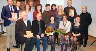 Группа бывших актеров и работников республиканского немецкого драмтеатра. В первом ряду (сидят) в центре Роза Штейнмарк, рядом – Ольга Мартенс.